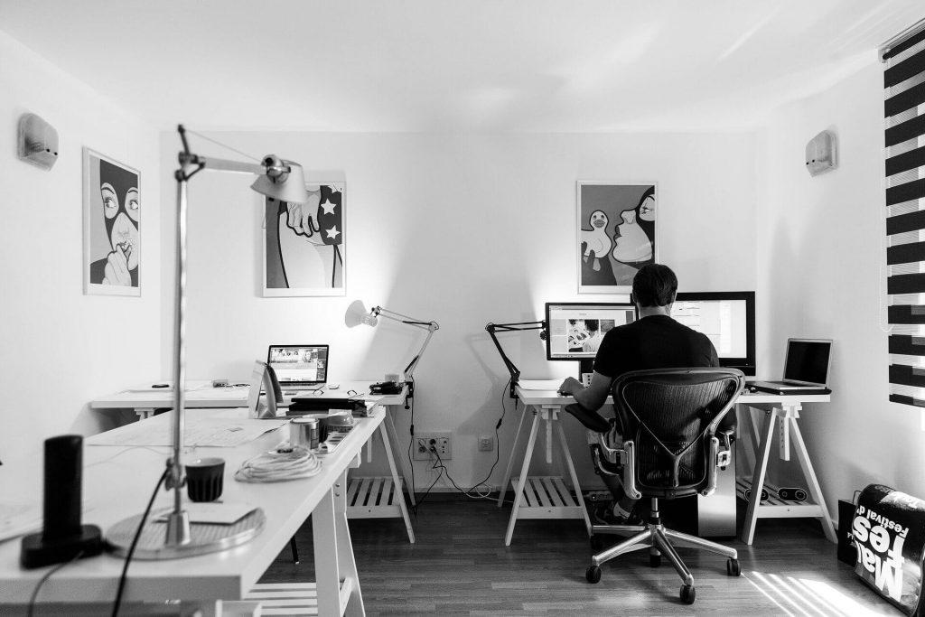 Persona escribiendo en un escritorio - soylacopy