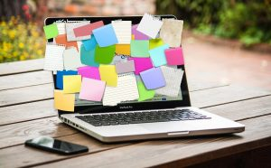 Ordenador con muchos post-it - soylacopy
