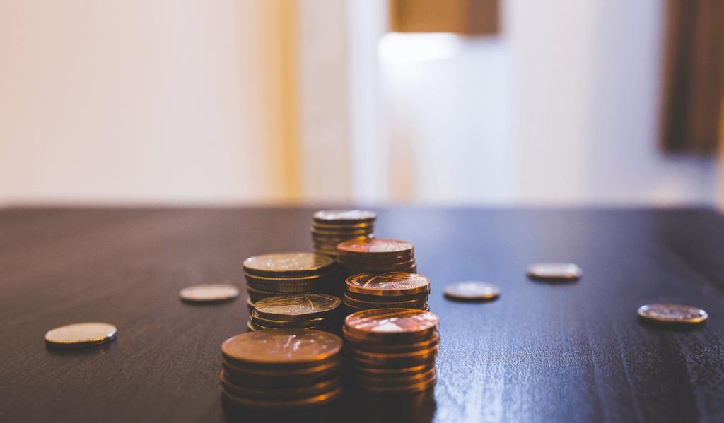 Monedas de euro sobre una mesa - SoyLaCopy