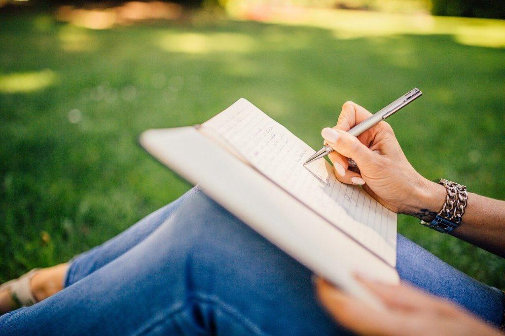 Persona escribiendo - Se busca redactor freelance
